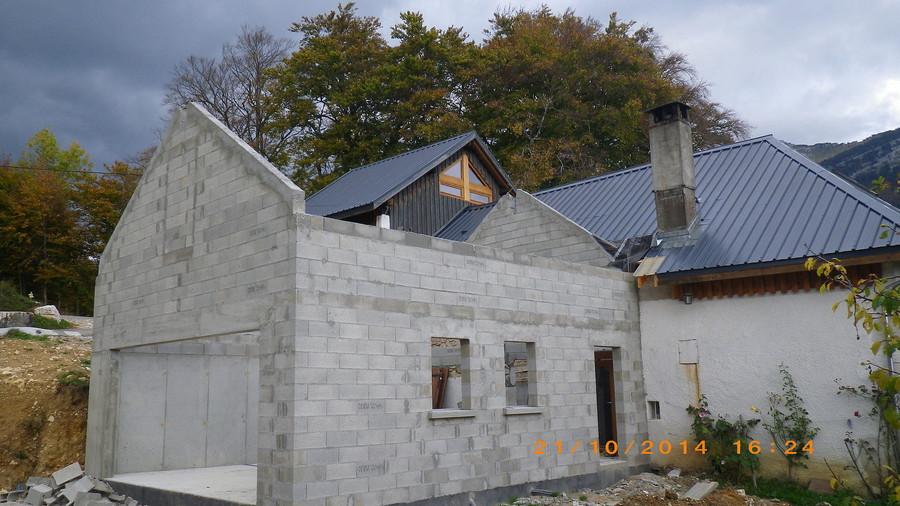Couvreur charpente et couverture le grand lemps avant for Toiture extension maison